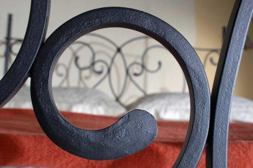 Kovaná postel s nebesy (předváděcí kus z obchodu) (2)